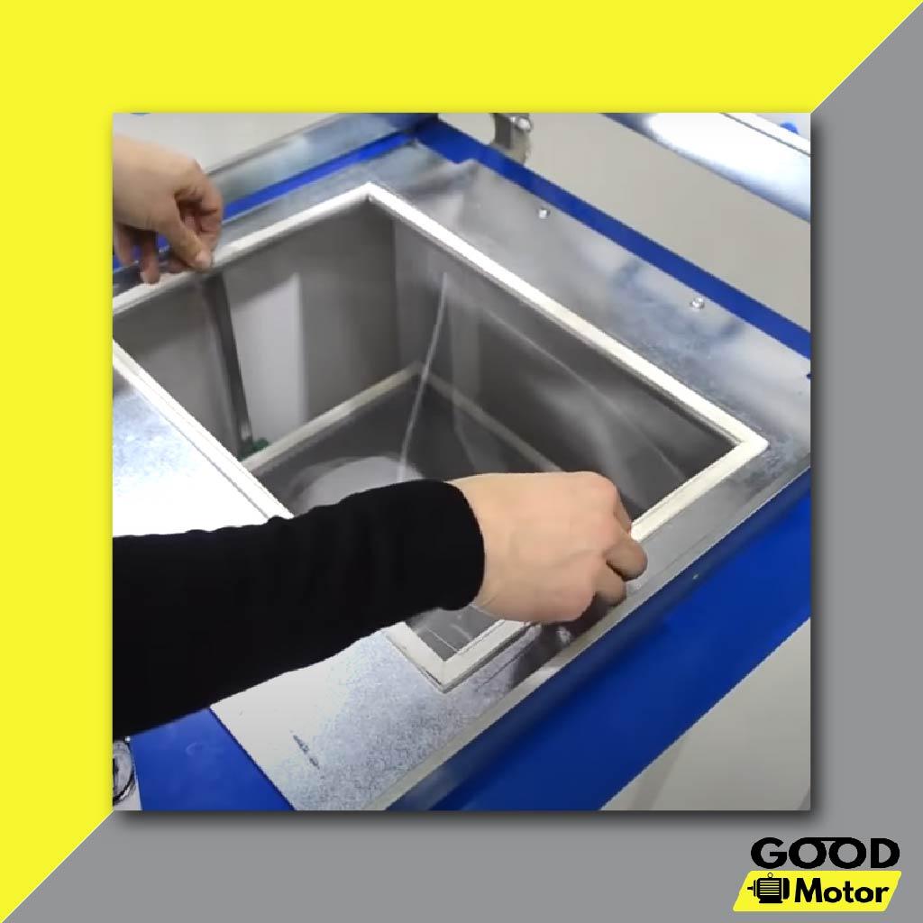 Đặt tấm Mica mỏng lên để chuẩn bị cho quá trình hút